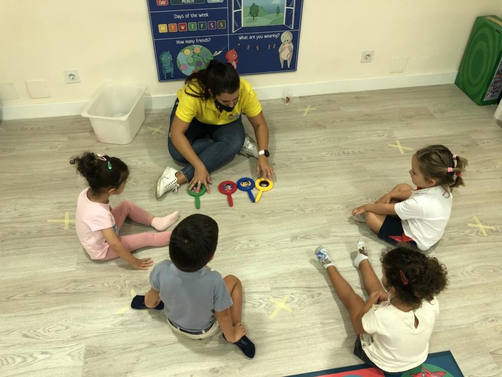 Espejos sensoriales donde los niños  aprenden sus sensaciones en inglés  jugando